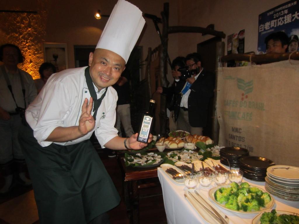 たくさん並んだ「白老の食材で作ったオリーブオイル料理」の前で、記念の1枚です