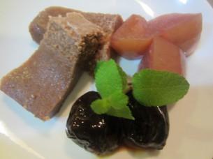 「チョコレートのムース」には、紅茶で煮たプルーン、りんごのコンポートを添えました
