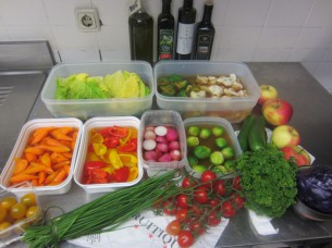 各野菜は、歯応え良くボイルしてから、和風出汁に浸けておきます
