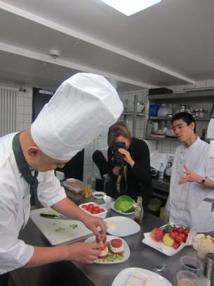 「豆腐とトマトの和風サラダ」の製作中です