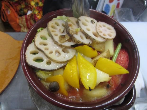耐熱皿にお好みの野菜と天然塩、EXVオリーブオイルを入れて、450℃の窯で数分焼けば出来上がりです!