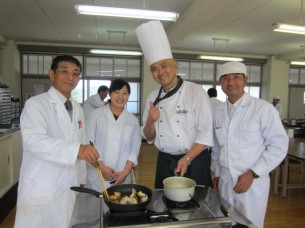 先生方も調理実習に参加して下さいました