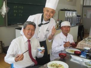 山下校長先生には、最後まで授業を御覧頂き、試食もして頂きました