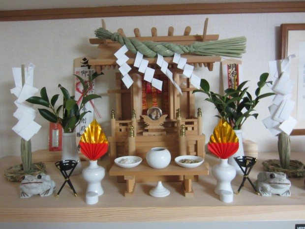 宮大工「宮徳」さんに作って頂いた神棚です。毎日、手を合わせています