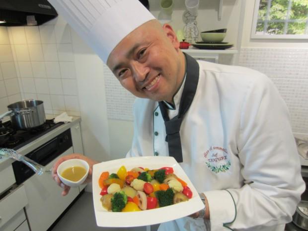彩鮮やかな「温野菜サラダ」に味噌風味のソースをかけました