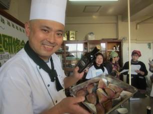ステーキ用のブリは、オリーブオイルでマリネします