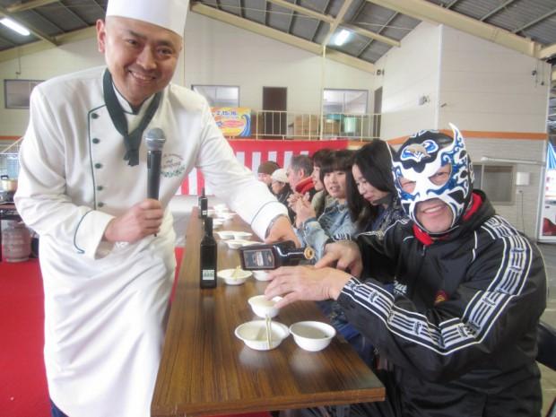 「天草食の祭典2014」2日目には「オリーブトーク&クッキングショー」を開催させて頂きました。覆面姿の永田さんは「天草宝島観光協会」の副会長として、天草のPRに尽力されています