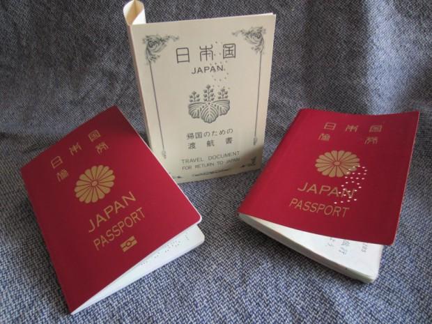 左が新しいパスポート、右が古いパスポート、そして中央が帰国一回用の特別パスポートです